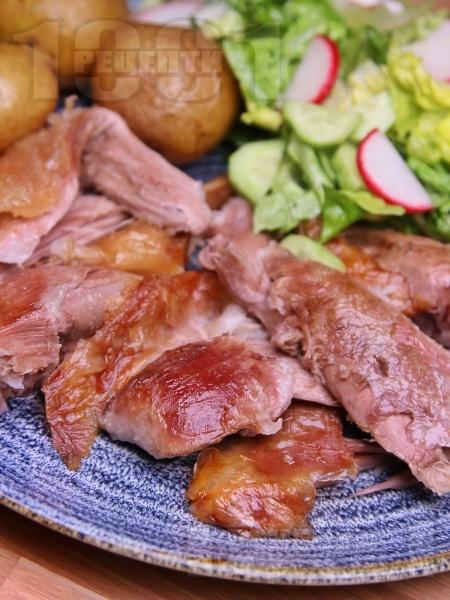 Крехко печено агнешко бутче с марината и гарнитура от картофи и зелена салата за Великден и Гергьовден  - снимка на рецептата